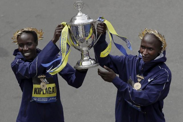 Edna Kiplagat et Geoffrey Kirui ont remporté le... (AP, Charles Krupa)