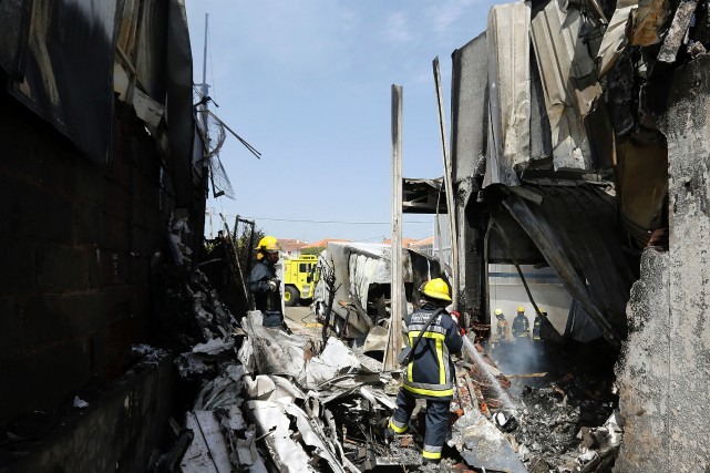 Quelque 90 pompiers ont été déployés pour venir... (PHOTO AFP)