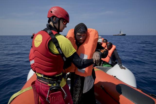 Les migrants qui sont secourus sont transférés à... (AP, Bernat Armangue)
