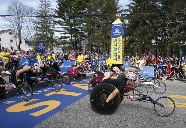 Le départ de la course en fauteuil roulant... (The Associated Press)