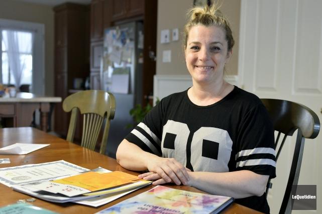 Annie Laberge agit comme famille hôte pour l'école... (Le Quotidien, Jeannot Lévesque)