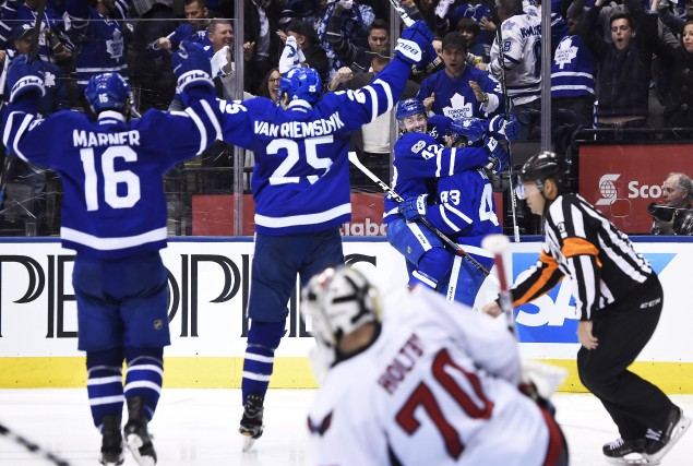 Tyler Bozak a marqué en période de prolongation, Auston Matthews a inscrit un... (PHOTO PC)