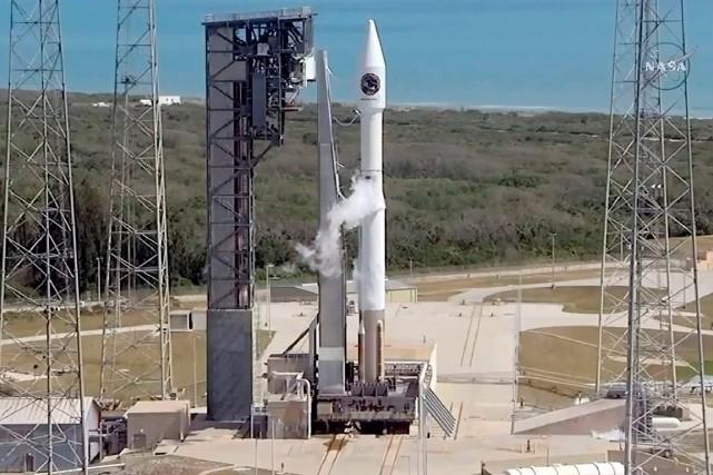 La fusée Atlas5 à deux étages de la... (Lizabeth MENZIES, NASA TV VIA AFP)