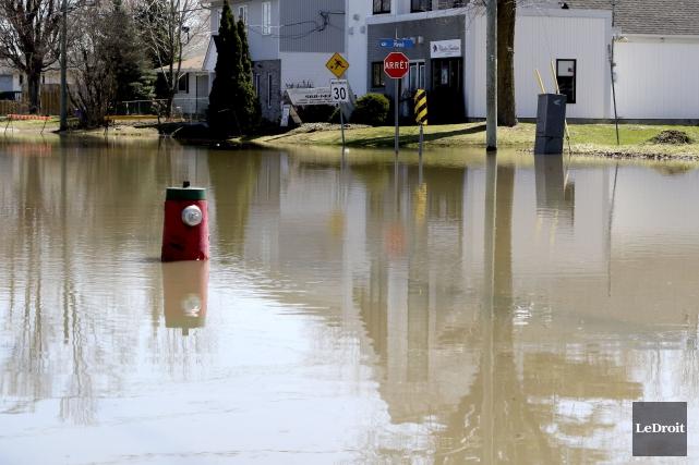 Des rues riveraines sont touchées par la crue... (Patrick Woodbury, Le Droit)