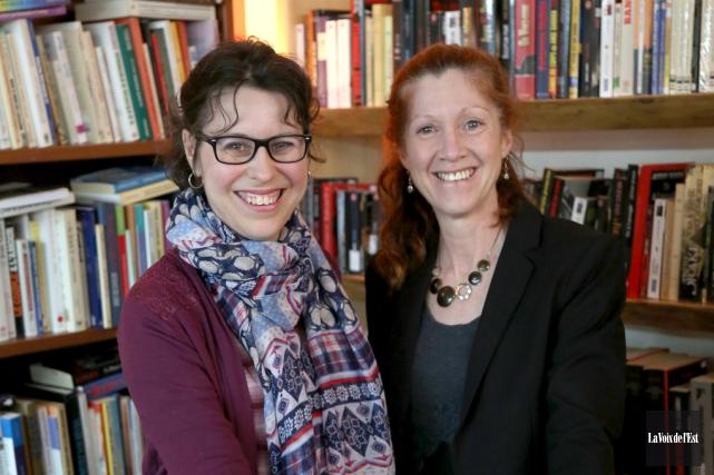 Nathalie Benoît et Hélène Latour invitent les gens... (Julie Catudal, La Voix de l'Est)