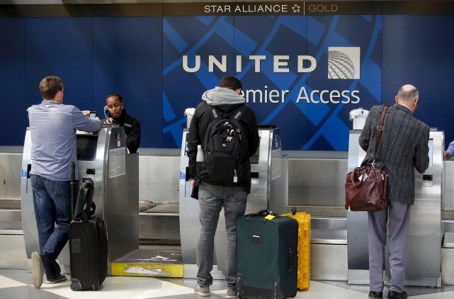 L'expulsion musclée d'un passager d'un vol United Airlines a... (AFP, Joshua Lott)