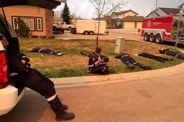 Des pompiers de l'Alberta prennent une petite pause... (Strathcona Fire, Twitter via Reuters)