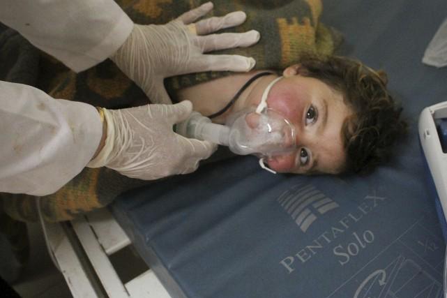 Un enfant reçoit des traitements après une attaque... (Photo archives AP/Edlib Media Center)