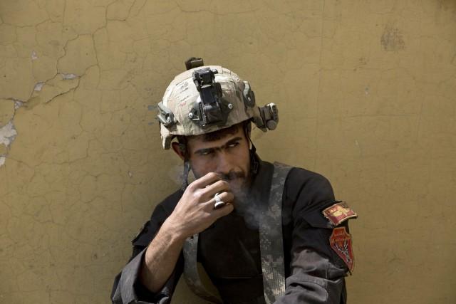 Un soldat irakien prend une pause cigarette à... (PHOTO AP)