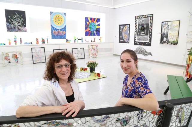 L'artiste Martine Gautier et la coordonnatrice de l'exposition,... (Janick Marois)