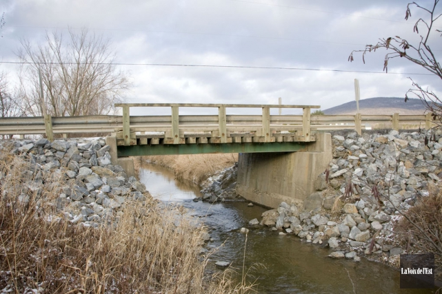 Le pont du chemin Bergeron, situé à la... (archives La Voix de l'Est)