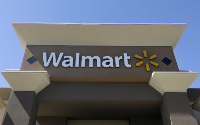 Walmart a annoncé mercredi que des centaines de... (AP, Jeff Chiu)
