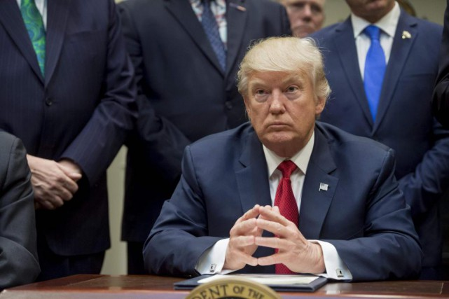 Le président américain Donald Trump a montré du... (PhotoSAUL LOEB, Agence France-Presse)