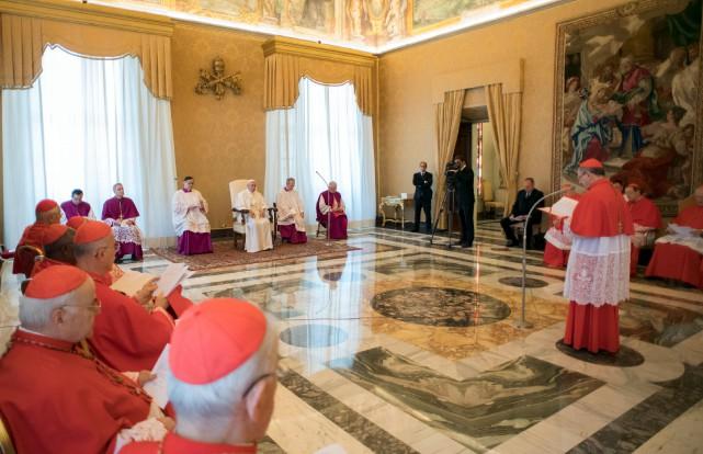 Le pape François écoute le cardinal Angelo Amato... (AP, L'Osservatore Romano)