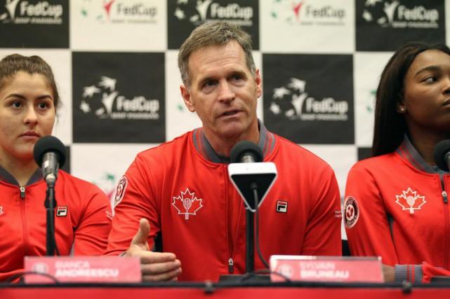 Sylvain Bruneau, capitaine de l'équipe canadienne, entouré de... (Photo Martin Chamberland, La Presse)