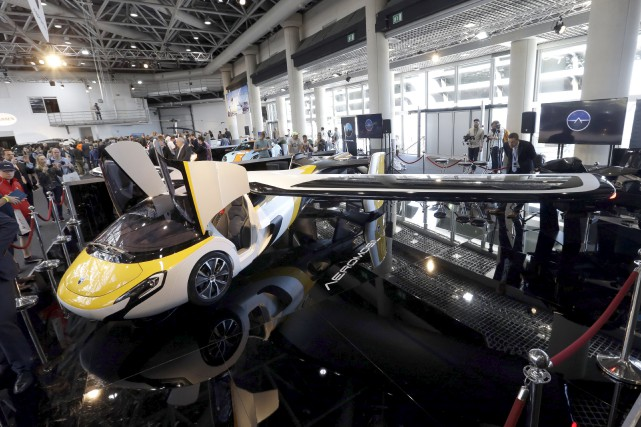 L'Aeromobil,conçu par une firme slovaque, pouvait être observé... (AP, Claude Paris)