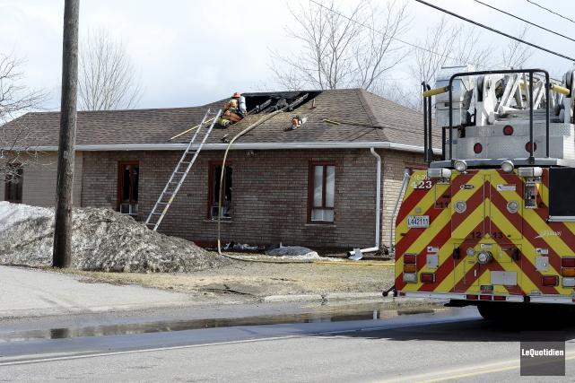 Lors de l'arrivée des pompiers au 2905 boulevard... (Photo Le Quotidien, Jeannot Lévesque)