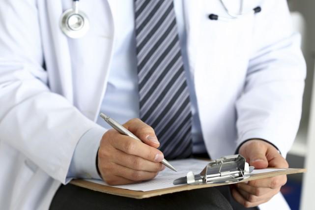 Les médecins peuvent facturer, entre autres, pour remplir... (123RF/Alexander Korzh)