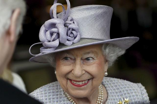 Si Elizabeth II se fait un peu plus... (AP, Peter Nicholls)