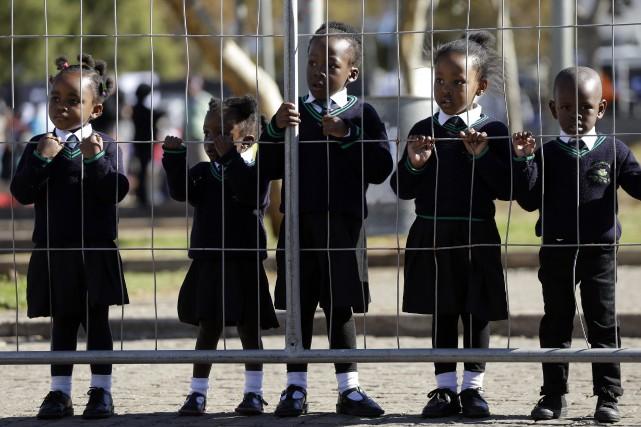 Vingt écoliers ont été tués vendredi dans un accident de bus qui s'est produit... (Photo Themba Hadebe, Archives AP)