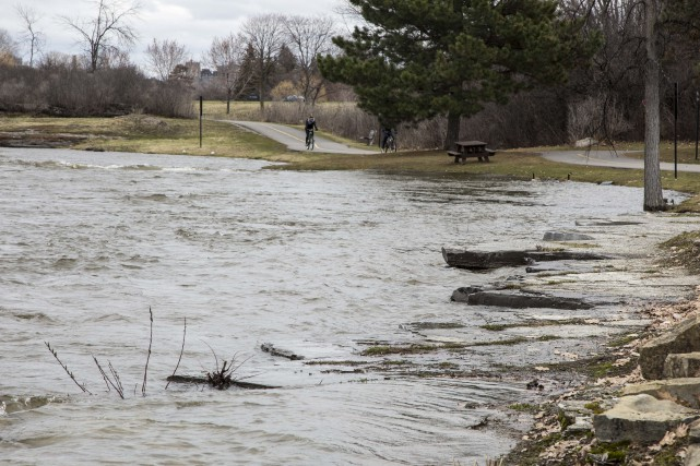 Inondation sur le chemin de la Sapiniere a... (Martin Roy, Le Droit)