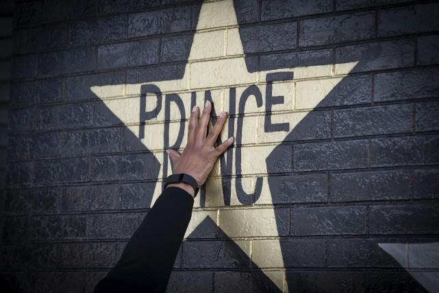 Une murale à la mémoire de Prince sur... (PHOTO AP)
