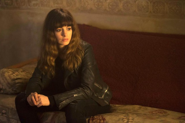 Dans Colossal, un film aux nombreux rebondissements, Anne... (Photo Cate Cameron, Associated Press)