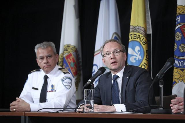 Le ministre Martin Coiteux (à droite) a annoncé... (La Presse)