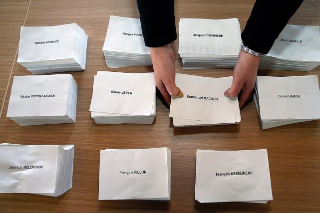 Un homme dépose des bulletins de vote au... (Photo Bob Edme, ASSOCIATED PRESS)