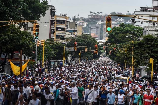 Des milliers de personnes ont marché samedi à... (PHOTO JUAN BARRETO, AFP)