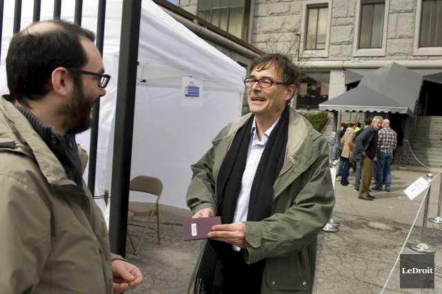 Antoine Rauzy accueillait les électeurs et vérifiait leur... (MARTIN ROY, LE DROIT)