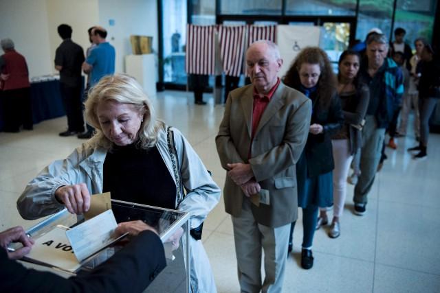 Des citoyens français ont voté à l'ambassade de... (AFP, Brendan Smialowski)