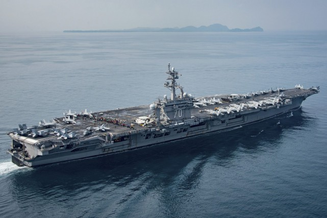 Le porte-avions américain Carl Vinson... (Photo archives Associated Press/The U.S. Navy)