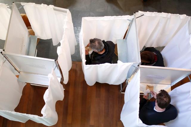 Un bureau de vote, à Paris.... (AFP, Benjamin Cremel)