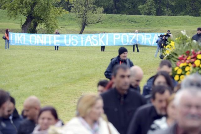 Dimanche, un groupe de militants antifascistes a déployé... (AFP)