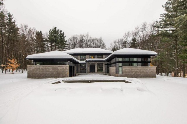 Surprise, le garage double se cache dans la... (Photo fournie par Sotheby's International Realty Québec)