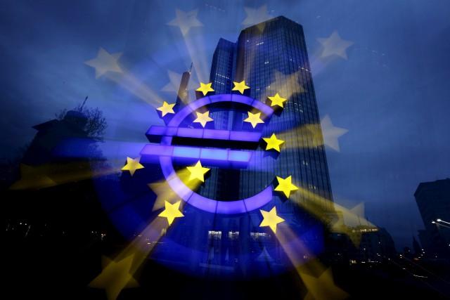 L'euro montait nettement lundi face au dollar au lendemain du premier tour de... (PHOTO REUTERS)