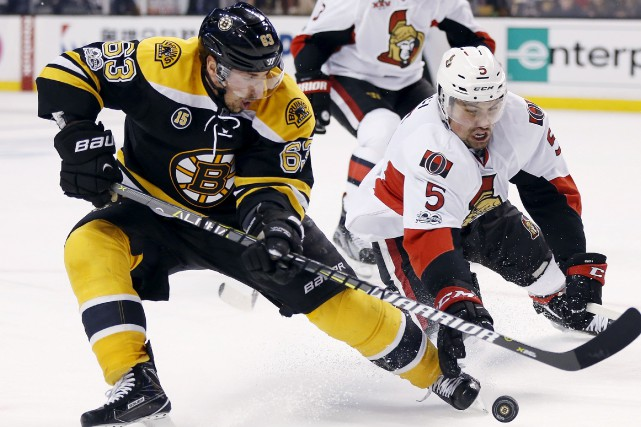 Brad Marchand, des Bruins, et Cody Ceci, des... (Archives, Associated Press)