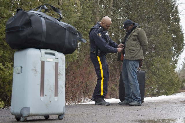 Alors que l'afflux de migrants vers le Canada se poursuit, les résidants des... (Photo Paul Chiasson, La Presse canadienne)