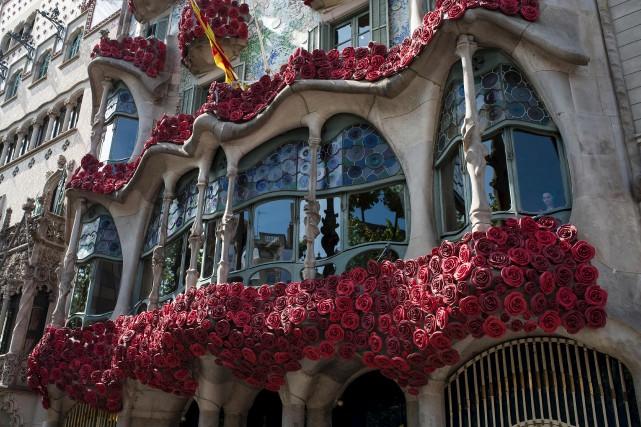 À Barcelone, même la façade de la Casa... (AFP, Josep Lago)