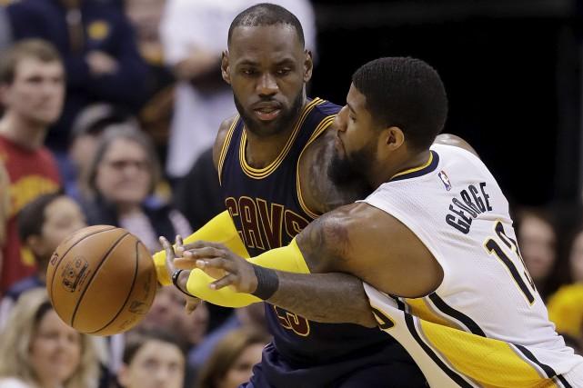 Le leader des Cavaliers de Cleveland, LeBron James,... (AP, Darron Cummings)