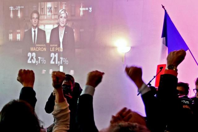 Des partisans de Marine Le Pen manifestent leur... (PHOTO REUTERS)