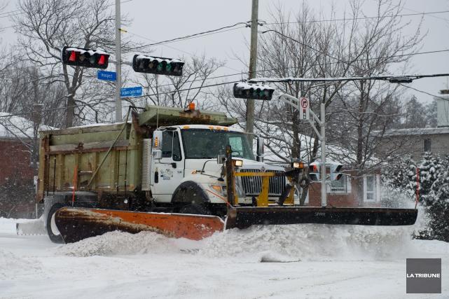 La Ville doit se doter d'un camion-épandeur et d'une chenillette... (Archives La Tribune, Jessica Garneau)