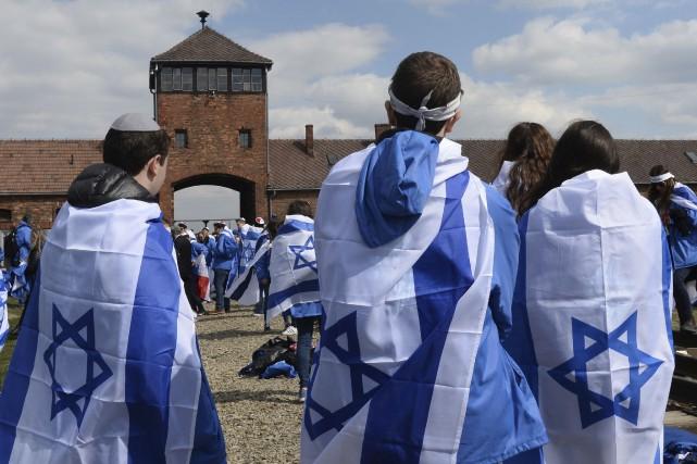 Plusieurs participants à la Marche des vivants portaient... (AP, Alik Keplicz)