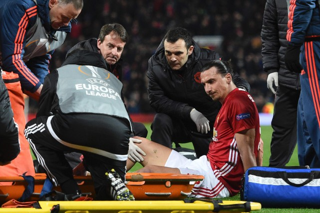 Zlatan Ibrahimovica subi une grave blessure au genou... (Photo Oli Scarff, AFP)