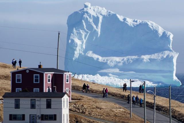 Les courants océaniques semblent chasser le colossal iceberg... (PHOTO REUTERS)