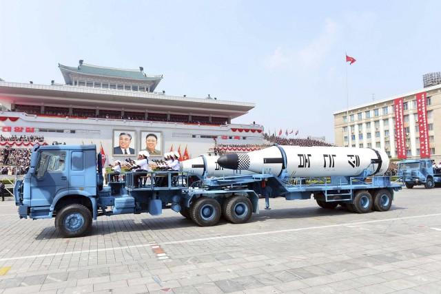 Une parade militaire a eu lieu à Pyongyang... (PHOTO AP)