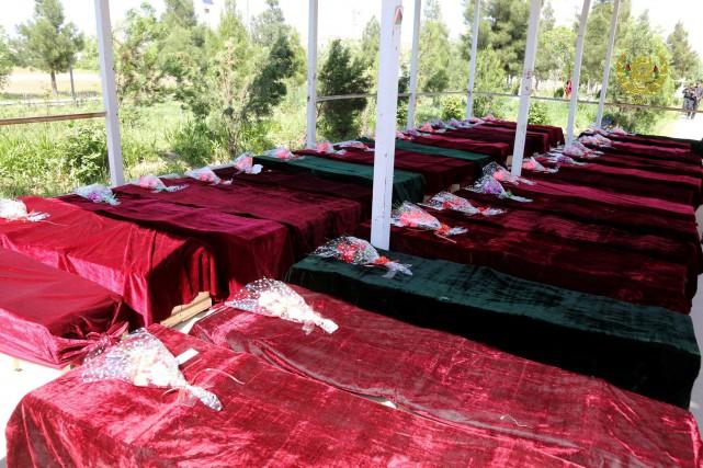 Des cercueils de victimes de l'attaque de vendredi,... (PHOTO REUTERS)