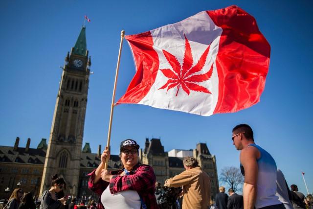 Des gens défilent sur la colline du Parlement... (ARCHIVES AFP)