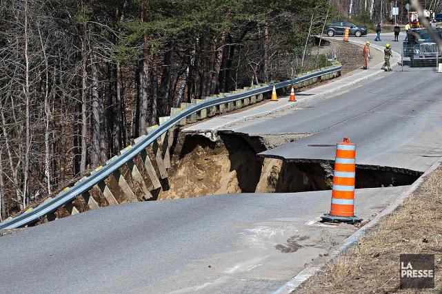 Un cratère d'un diamètre de plusieurs mètres s'est... (Photo Patrick Sanfaçon, La Presse)